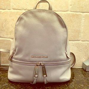 MICHAEL KORS Rhea Mdm Zippered Backpack-Pearl Grey